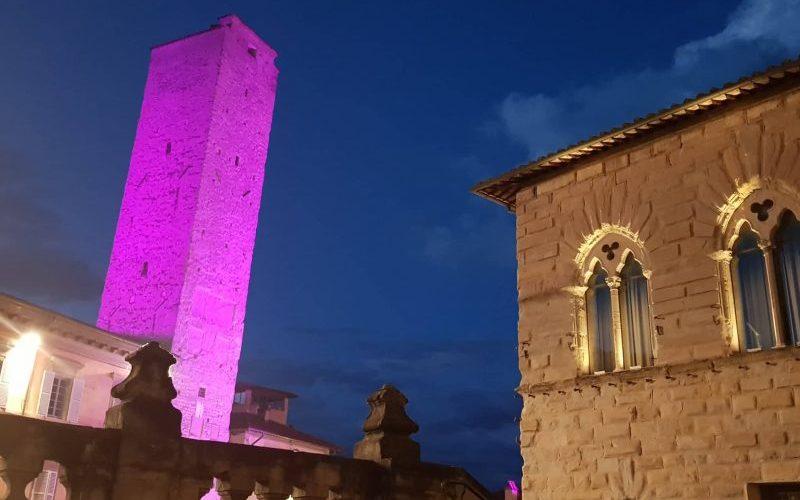 La torre civica colorata di rosa contro il tumore al seno