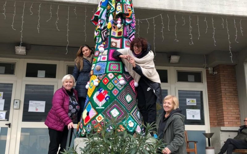 Terni, Centinaia di donne di tutta Italia in campo per realizzare l'albero di Natale per l'oncologia