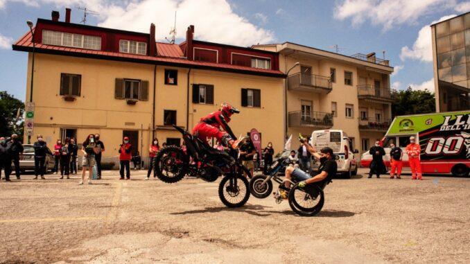 La carovana Mask to Ride fa tappa al Centro per l'Autonomia umbro. In dono le mascherine e le acrobazie in moto di Dal Farra e Cattapan