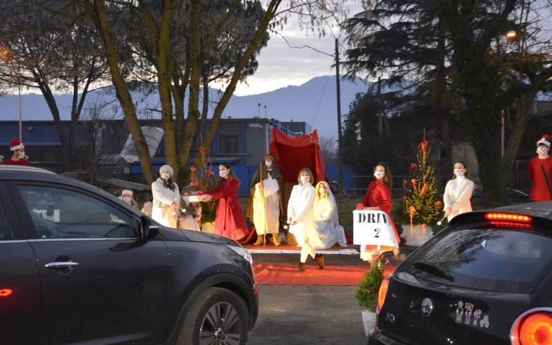 """""""DANCE CHRISTMAS DRIVE"""" – A CITTÀ DI CASTELLO EVENTO UNICO PER FAMIGLIE E BAMBINI CHE DALLA PROPRIA AUTO HANNO POTUTO ASSISTERE AD UN MINI SPETTACOLO E RICEVERE UN DONO DA BABBO NATALE"""
