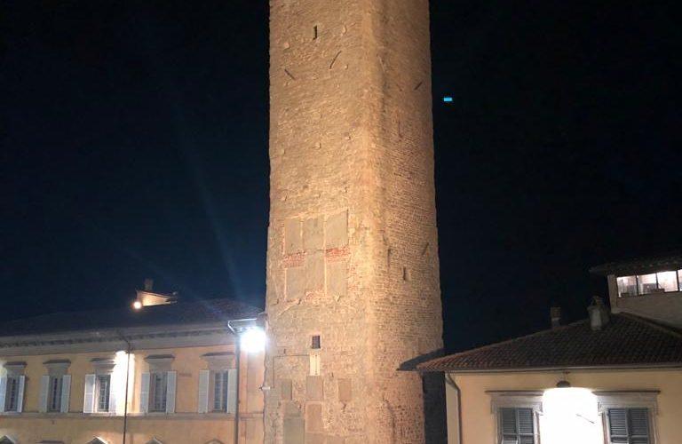 LA TORRE CIVICA DI CITTÀ DI CASTELLO ILLUMINATA DI GIALLO PER CHIEDERE LA LIBERAZIONE DI PATRICK ZAKI